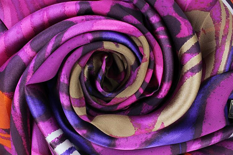 高贵的紫色以金色花纹和手工卷边装饰