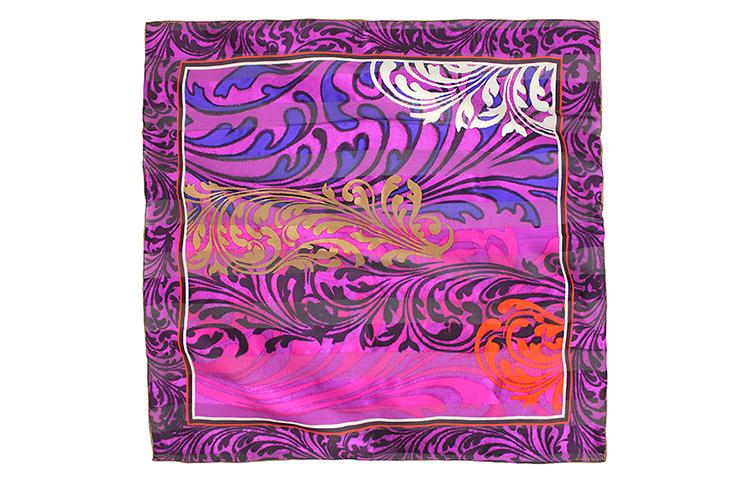 幸福 是一刻最真实的幸福还是永恒的快乐-多么艰难的选择。高贵的紫色以金色花纹和手工卷边装饰,这款方巾的 花纹设计充满了摩登时代的印记,复古,个性,反战,叛逆。 MARJA KURKI(玛丽亚古琦)以自然界的各种元素为设计灵感而著称,产品艺术性强、做工考究,它的每款 设计都有一个名字,传播着设计背后的文化。
