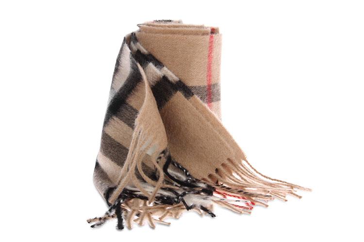 巴宝莉格子围巾搭配