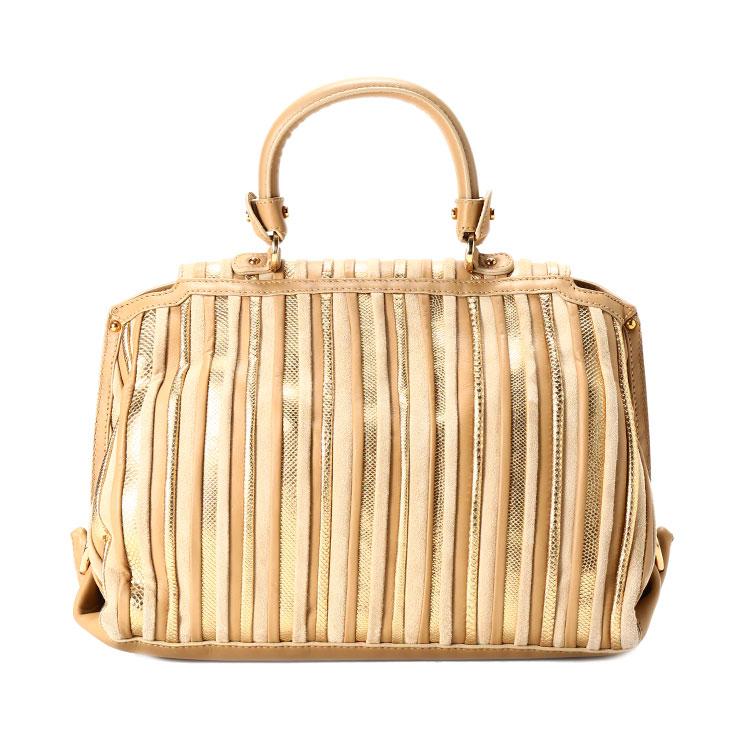 这款ferragamo菲拉格慕女士手提包,由奢华的水蛇皮与牛皮拼接制作而成