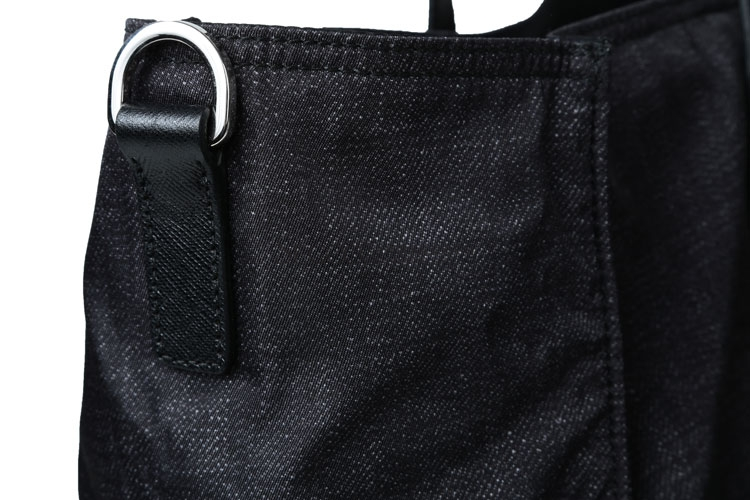 银色的三角形皮革金属刻字徽标装点到包面之上