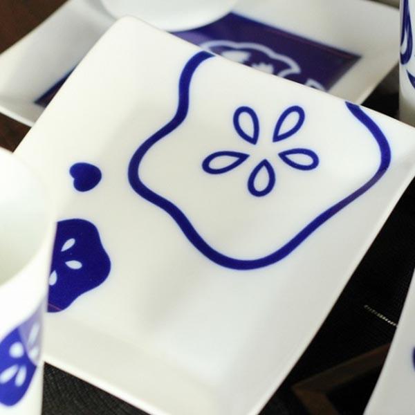 日本皇室御用香兰社 蓝描花纹白瓷方形小盘