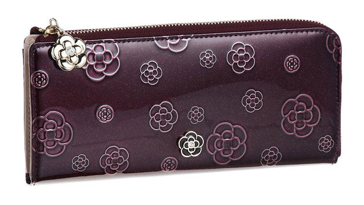 CLATHAS创立于1988年的日本神戶,主、包袋、饰品等,设计风格带有法国的浪漫优雅,是日本超人气品牌。CLATHAS是日本Tokyo Blouse集团旗下品牌之一,因有山茶花商标,赢来日本小香奈儿之称,深受日本年轻上班族的喜爱,一向强调简洁、高质感以及享受自主生活风格。在流行快速更迭的时代,CLATHAS颇能掌握潮流动向,以新次元的风格,抓住时尚女孩的心。