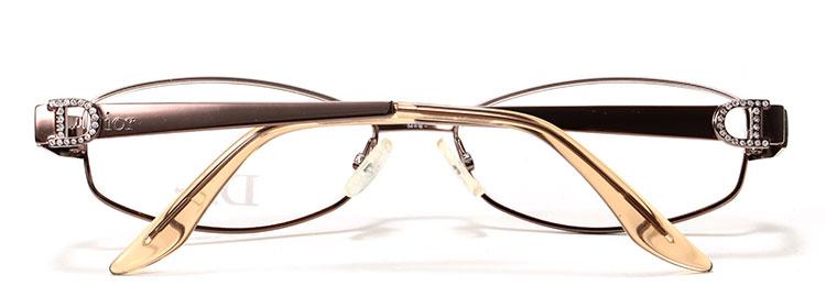买手解读/INITERPRETATION 美艳高贵而不冷酷,夸张典雅却不庸俗,这就是象征了法国时装文化最高精神的Dior(迪奥)。这款简约休闲全框光学眼镜产于日本,精巧的手工让每处细节都无可挑剔,是工作和约会的理想配饰。纯钛镜框,轻便舒适,是眼镜材质中最轻的,硬度很好,镜架不易变形,耐腐蚀、不易引起皮肤过敏、较为耐用。全框设计,极简优雅的外形,较小窄框,衬托女士知性优雅气质。明丽温和的香槟色色调,带来高贵淡雅的气息,大方简洁的外形设计将都市女性柔美浪漫的风姿轻松展现。线条流畅的镜壁以D字修饰,并在D