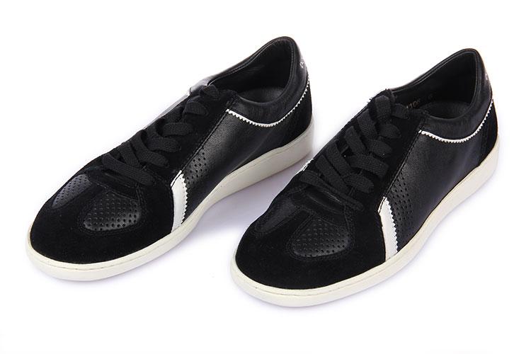 黑色皮质翻毛皮白底休闲鞋