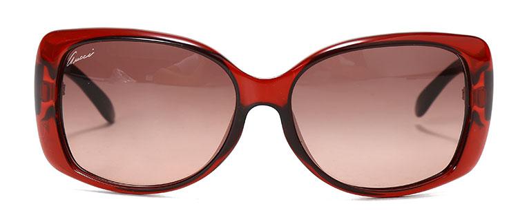 买手解读/INITERPRETATION GUCCI(古驰) 暗红色边框太阳镜,大方透露一种内敛,精细彰显品质奢华,高贵的格调凸显不凡的品味。太阳镜镜片有效阻挡多余的紫外线对眼睛的伤害,鼻托设计使佩戴更加舒适,镜框形状有效修饰脸型。镜腿双G LOGO设计感十足,彰显您的与众不同。材料轻便,佩戴轻巧不累赘。时尚已经不单单是穿着上的追求时髦,配饰一样至关重要。太阳镜也不再只有其使用功能,更多的已转化为时尚升级必备。简单的搭配这样一副简约的GUCCI(古驰) 暗红色边框太阳镜就能从这样一个微小的细节让你跃身成为
