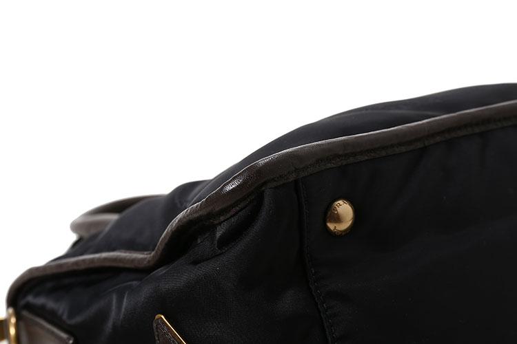 金色的三角形皮革金属刻字徽标装点到包面之上