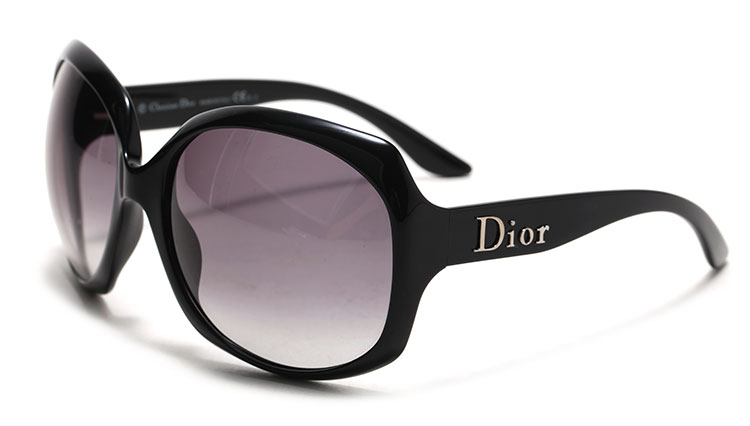 Dior由法国设计师Christian Dior于1946年创办,主要经营女装、男装、首饰、香水、化妆品等消费品。Dior亦为全球的时尚品牌控股公司LVMH路易威登集团的子公司。1946年,在时尚领域不断浮沉后,已经不惑之年的克里斯汀迪奥才在巴黎Montaigne大道开了第一家个人服饰店。Dior自1946年创始以来,一直是华丽与高雅的代名词。不论是时装、化妆品或是其他产品,Dior在时尚殿堂一直雄踞顶端。