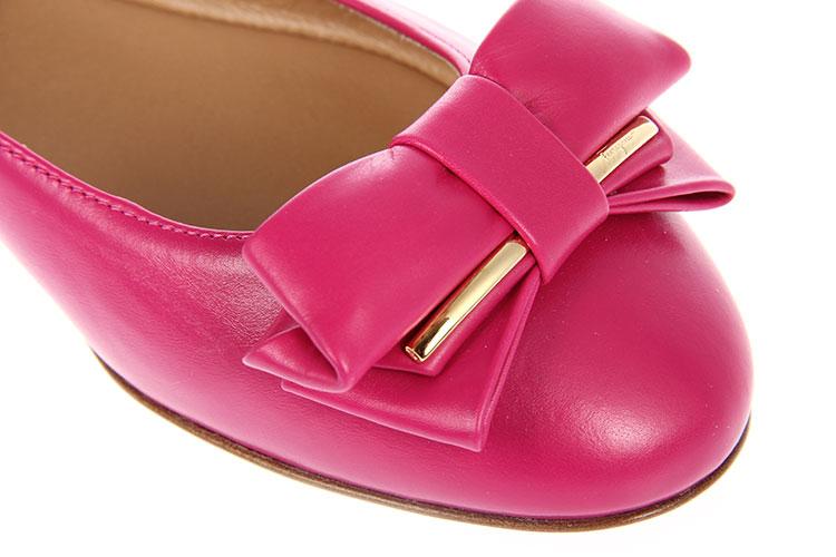 玫红色皮质蝴蝶结装饰平底鞋富有天然的纹理和光泽.