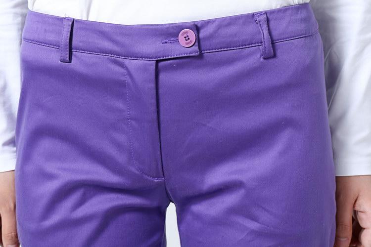 裤子臀部的双开牙口袋设计体现出品牌制作工艺的精湛上乘.