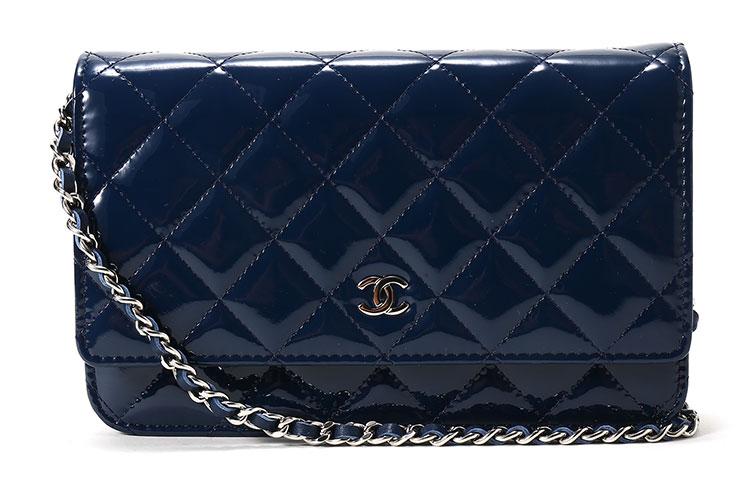 这款深蓝色漆皮斜挎包菱形格纹路清晰,细腻柔软.