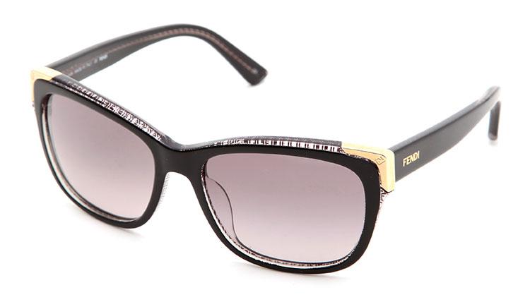 FENDI(芬迪) 黑色边框金色边角太阳镜,流线型镜框设计,整框一体合成,光滑细腻, 神秘黑色边框搭配金色边角尽显潮流时尚,成熟知性,气质浑然天成,彰显尊贵身份精美板材镜腿,线条流畅,圆润自然,带着一丝古朴的气息,瞬间提升您的顶级品味与与众不同的气质,是此款太阳镜的设计亮点。完美宣告奢侈品牌的地位。专业级铰链,优质金属合金制作而成,耐腐蚀不生锈,安全稳固。外U形一体式鼻托,采用进口材质,弧度自然,质感细腻,有效减轻鼻梁压力,相比硅胶鼻托更加结实耐用,方便清洁。高质感多功能偏光镜片,在吸收紫外线的同时,有效